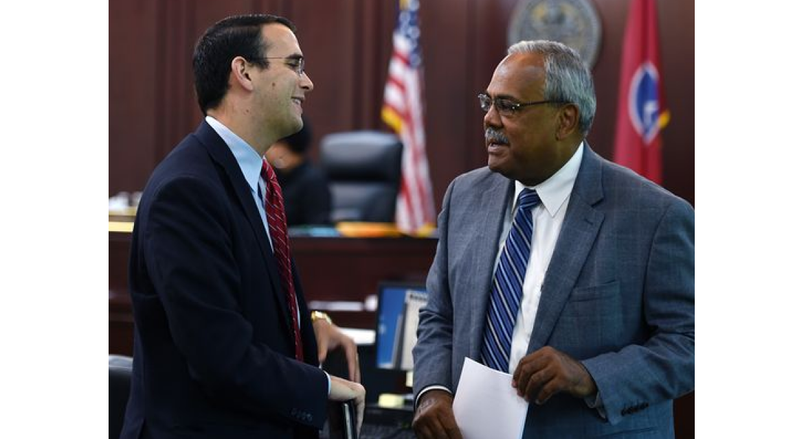 Nashville attorney Daniel Horwitz, left, and Davidson County Criminal Court Clerk Howard Gentry talk after a hearing where Horwitz presented a case for the mass expungement of 350,000 cases (involving 128,000 people). (Photo: Shelley Mays / The Tennessean)